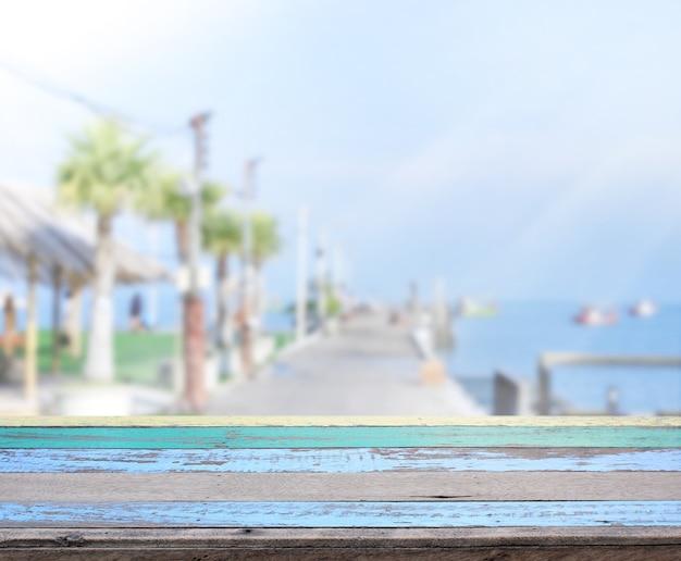 Piano del tavolo con vista sul mare e sfocatura esterno di sfondo