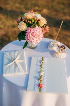 Un tavolo per una cerimonia di matrimonio in montenegro. decorazioni per matrimoni.