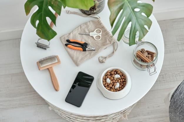 Tavolo con accessori per la toelettatura di un cane