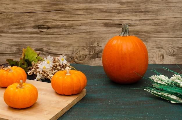 Tavolo con addobbi autunnali e di halloween con zucche e fiori