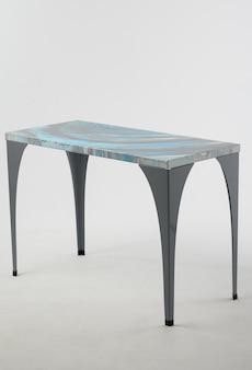 Tavolo con una bella trama del piano con macchie blu e argento