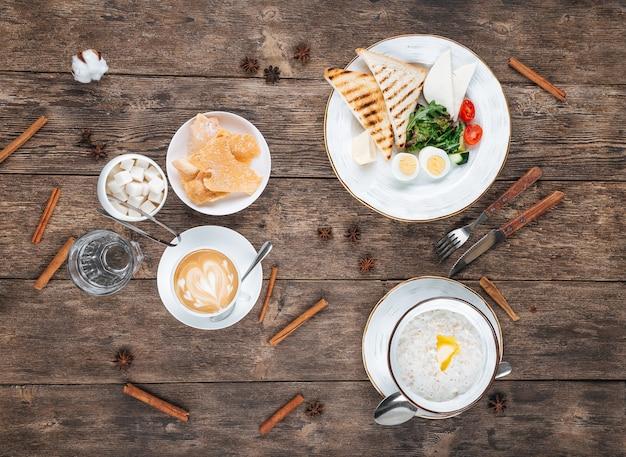 Tavolo con colazione a base di uova fritte e porridge