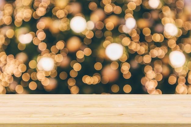 Tavolo con albero di natale con luce bokeh