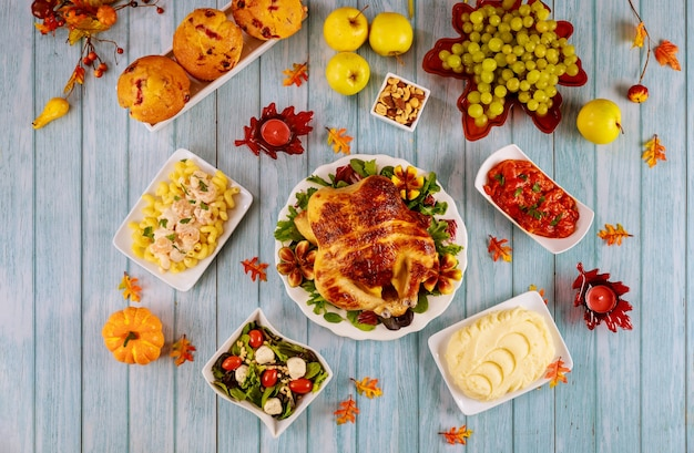Tavolo con cibo delizioso e tacchino per celebrare il giorno del ringraziamento