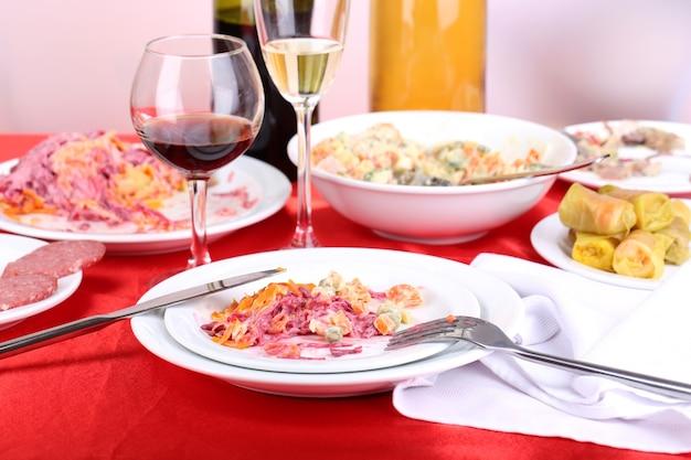 Tavolo con piatti festivi dopo il primo piano della festa