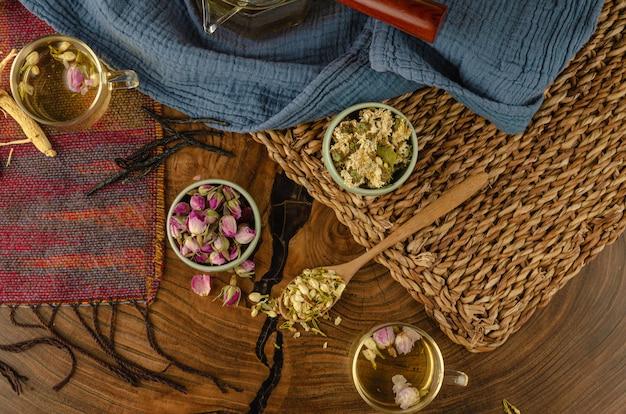 Tavolo con tisane e petali di rosa