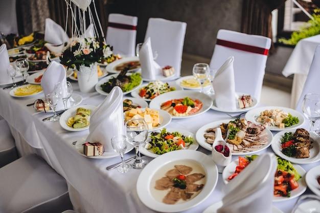 Tavolo con calici in argento e vetro al ristorante prima di iniziare a celebrare un matrimonio