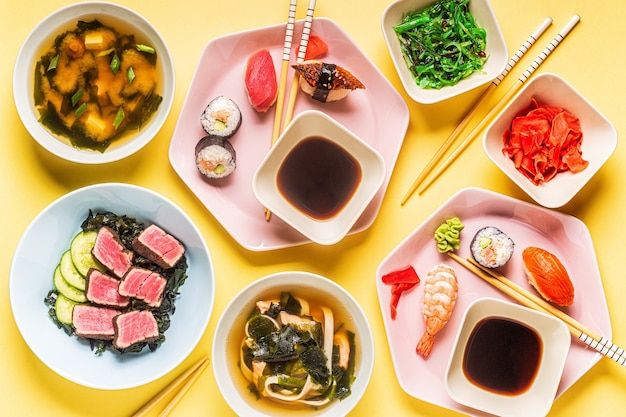 Tavolo con cucina tradizionale giapponese, vista dall'alto.