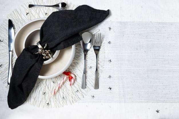Tavolo con tovaglia bianca addobbi natalizi