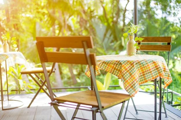 Tavolo e sedie in legno con acciaio nella caffetteria.