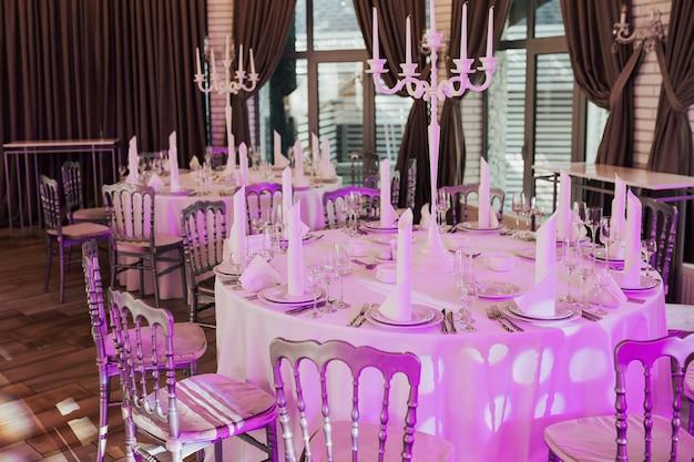 Tavoli apparecchiati per una festa evento o un ricevimento di matrimonio.