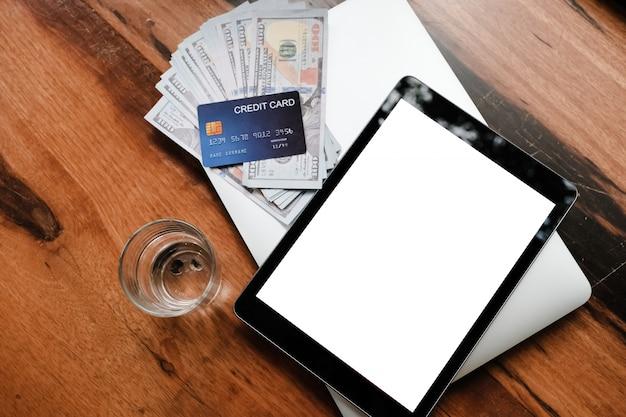 Riduca in pani i vetri della carta di credito in bianco e le banconote dei dollari americani