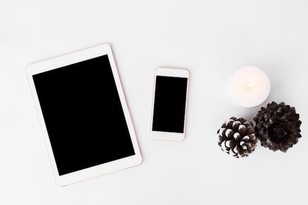 Display mobile smart phone tablet sul tavolo. periodo natalizio.