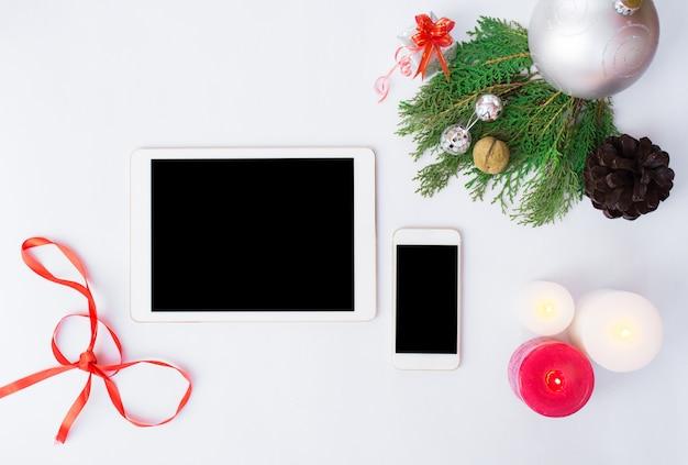 Display mobile smart phone tablet sul tavolo isolato
