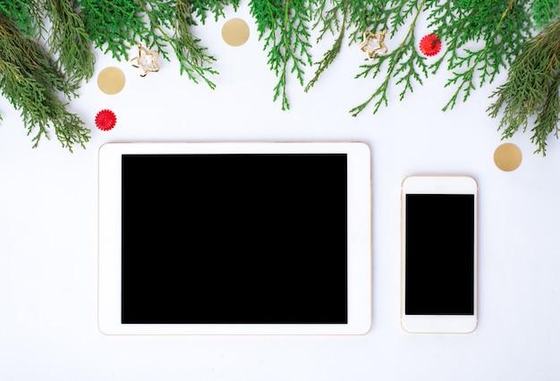 Display mobile del telefono intelligente del ridurre in pani sulla tabella con lo schermo bianco isolato per il modello nel tempo di natale