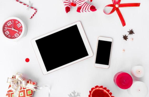 Display mobile smart phone tablet sul tavolo con schermo bianco isolato per mockup