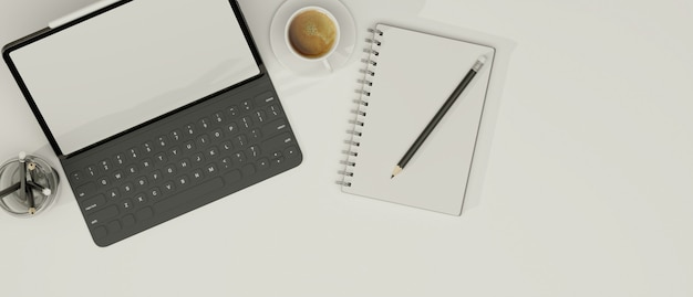 Tablet con tastiera taccuino matite e caffè in sfondo bianco copia spazio in vista dall'alto