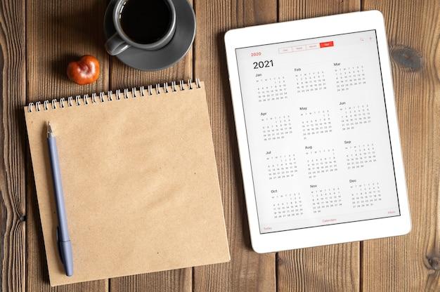 Un tablet con un calendario aperto per l'anno 2021