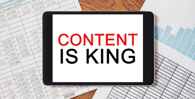 Tablet con testo il contenuto è re sul tuo desktop con documenti, rapporti e grafici