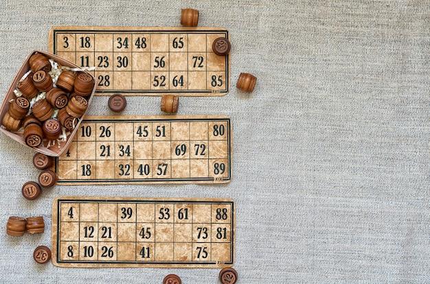 Gioco del lotto da tavolo con botti di legno e carte vintage. giocare a casa con gli amici