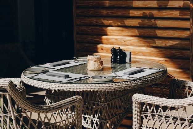 Bicchieri da tavola, forchetta fiore, coltello servito per cena in un ristorante con interni accoglienti