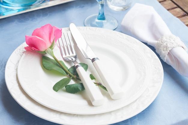 Servizio da tavola composto da piatti, tazze e stampini con rosa