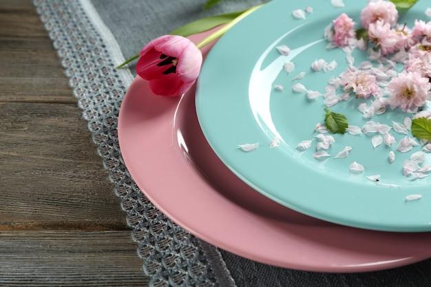 Stoviglie con fiori sul tavolo da vicino