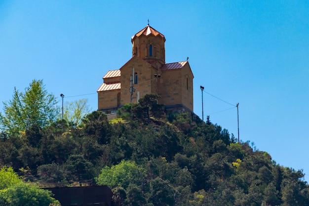 Monastero di tabor della trasformazione sulla collina a tbilisi, georgia