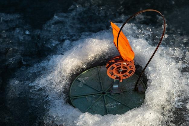 Attrezzatura per pesca invernale, pesca invernale in buca con esche vive.
