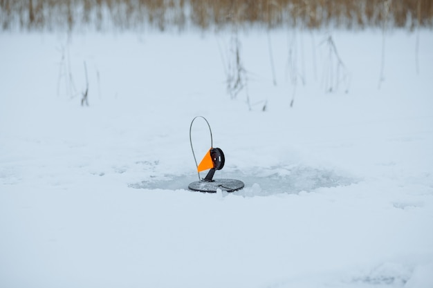 Affronta una bandiera rossa per la pesca invernale