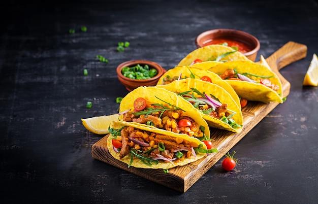 Taco. tacos messicani con carne di manzo, mais e salsa. cucina messicana. copia spazio.