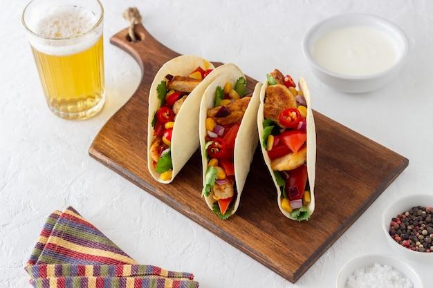 Tacos con pollo, pomodori, mais e cipolle. cibo messicano. fast food.