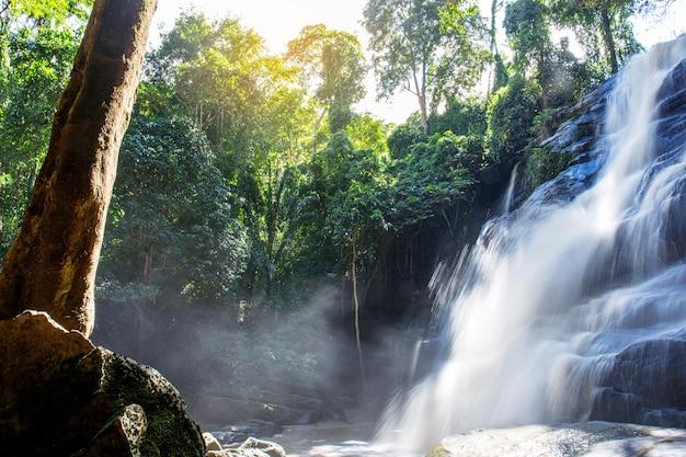 Tad mork cascata nel nord della thailandia, chiangmai, thailand
