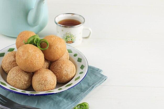 Tahu bulat (tofu rotondo), piatto preferito indonesiano, fritto e condito con polvere di condimento. copia spazio per il testo
