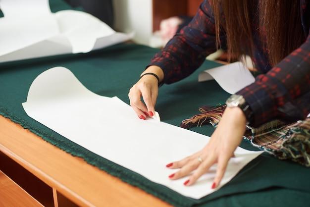 Sarto, designer sul posto di lavoro in atelier