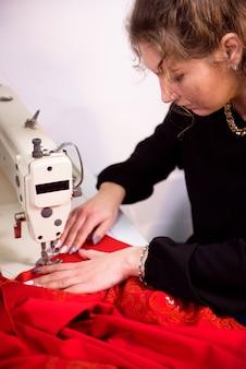 Cucitura su misura sulla macchina da cucire. filtrare il tessuto.