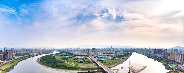 Vista aerea della città di taipei - immagine del concetto di business in asia, edificio panoramico moderno paesaggio urbano vista a volo d'uccello sotto il giorno e il cielo blu, girato a taipei, taiwan.