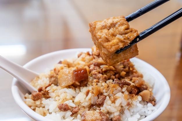 Alimento famoso di taiwan - maiale brasato e tofu fritto su riso. riso di maiale in umido con soia, prelibatezze di taiwan, cibo di strada di taiwan