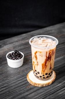 Tè al latte di taiwan con bolla sulla tavola di legno
