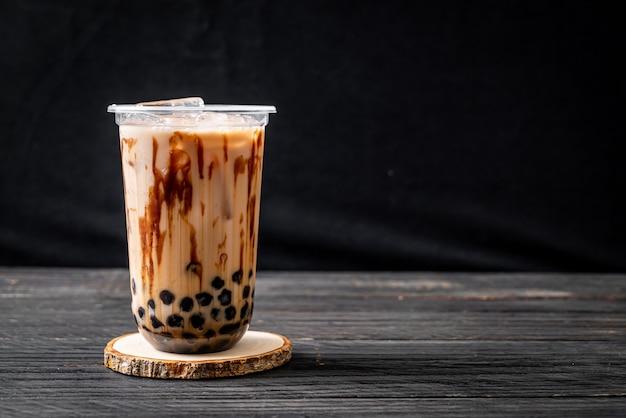 Tè al latte di taiwan con bolla sul tavolo di legno