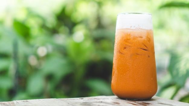 Taiwan milktea sullo sfondo, tè con latte e ghiaccio rinfrescante