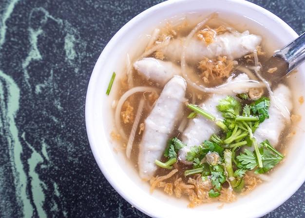I famosi spuntini tipici di taiwan: zuppa di potage con polpette di pesce in una ciotola bianca sul tavolo di pietra, prelibatezze di taiwan, cibo di strada di taiwan