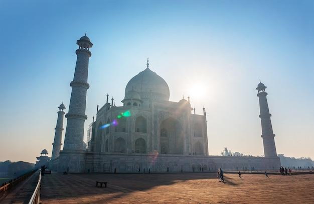 Taj mahal india tramonto. agra, uttar pradesh. il più famoso mausoleo musulmano indiano ad agra in india paesaggio meraviglioso.