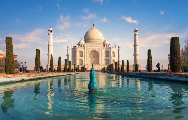 Monumento di taj mahal, bella vista di giorno, india.