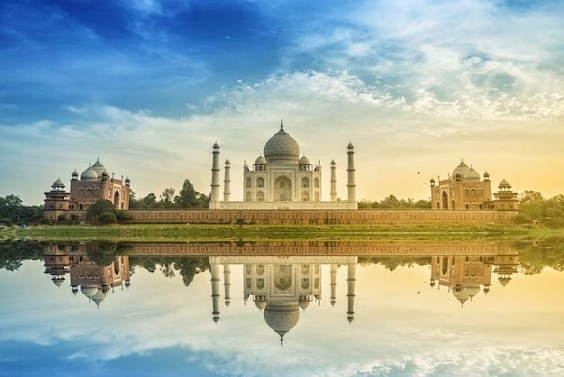 Taj mahal scenic la vista mattutina del monumento taj mahal. un sito del patrimonio mondiale dell'unesco a agra, india.