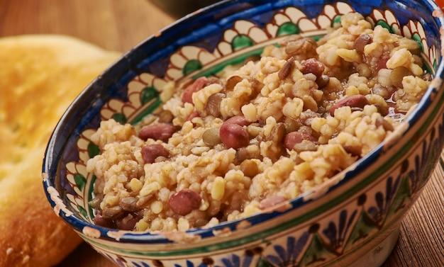 Cucina tagika, kashk - zuppa di cereali e legumi, piatti tagiki tradizionali assortiti, vista dall'alto.