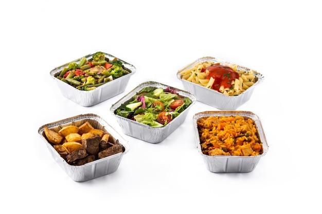 Porta via il cibo sano in scatole di alluminio isolate su bianco