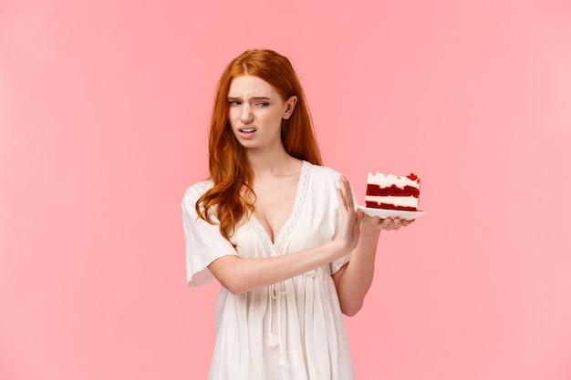 Portalo via, schifo. ragazza rossa viziata ignorante e schizzinosa che rifiuta di mangiare dessert