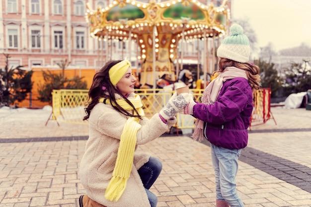 Prendilo. affascinante giovane mamma che esprime positività mentre guarda sua figlia