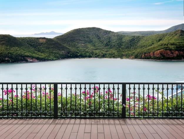 Ammira il paesaggio marino e l'isola con balcone terrazza con yacht in vacanza vocazionale